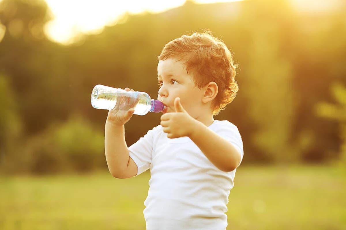 niño-bebiendo-agua